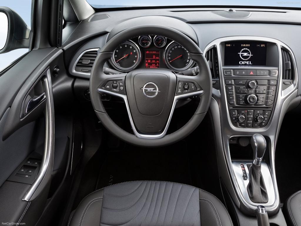 Opel Astra Sedan: Чужой среди своих
